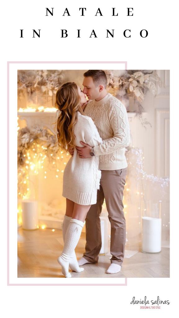 Foto di una coppia con outfit natalizio