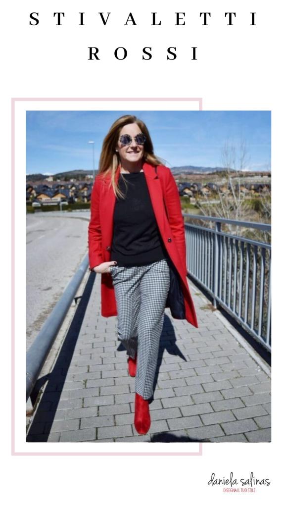 pantaloni grigi e cappotto rosso