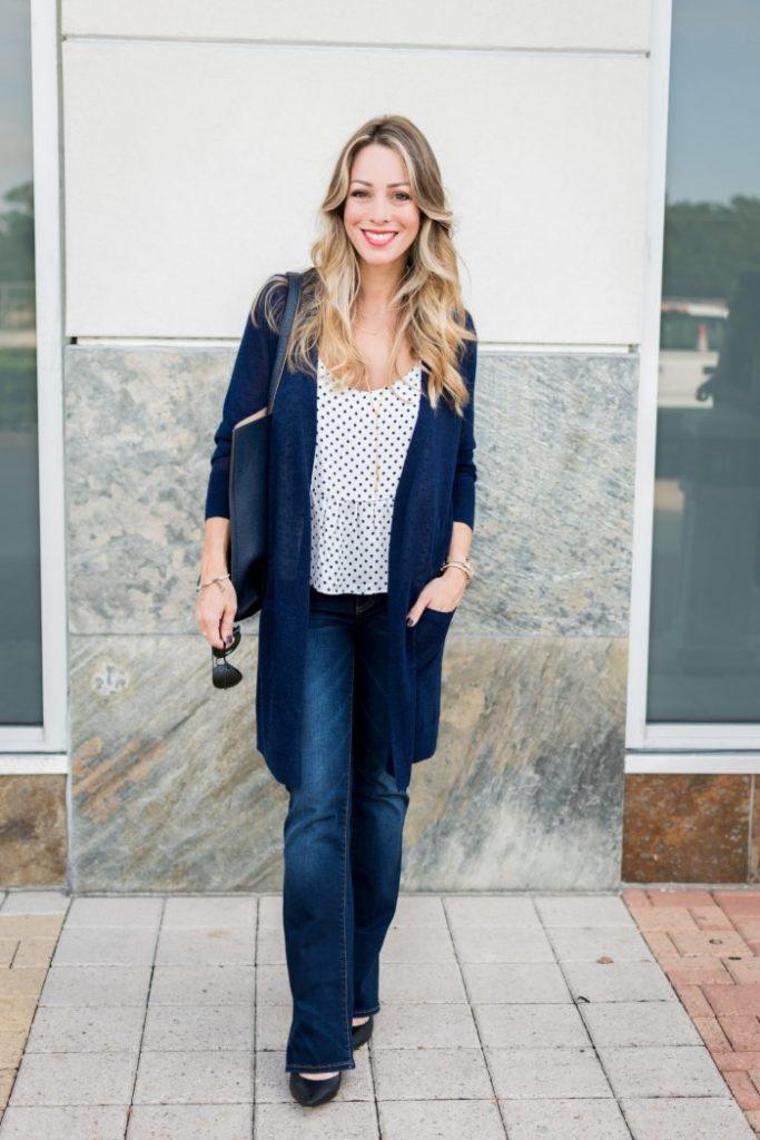 foto di un outfit con jeans bootcut